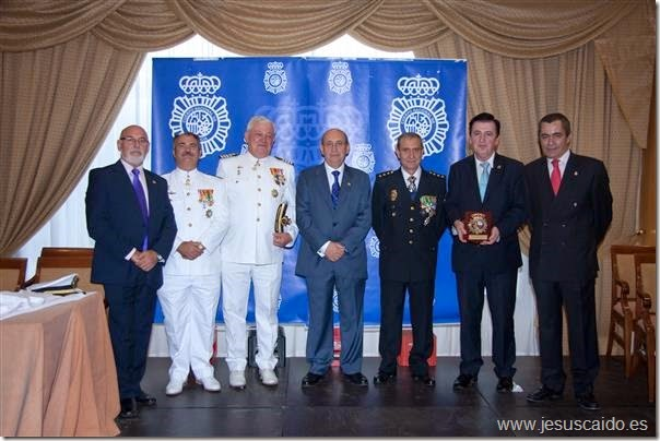 Foto de familia con el Subdelegado del Gobierno, Comisario provincial y autoridades militares de la Armada