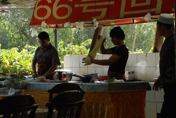Turfan - Putaogou les hommes à la cuisine