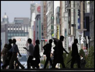 Pedestres atravessam a rua no distrito comercial de Ginza, em Tóquio: expectativa é que a estratégia de crescimento seja aprovada pelo governo na sexta-feira