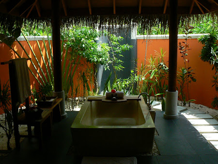 Hotel Anantara Dhigu: Bathroom outdoors