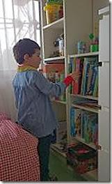 niño sacando un libro