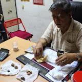 写真3 : バラム川流域の都市マルディでヤマアラシの胃石を取引する華人商人  (撮影: 市川 哲)