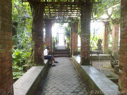 """taman SMP Negeri 5 Denpasar yang sejuk dan asri. Saat itu aku berdiri tepat di depan tempat orang yang duduk itu. Dari ujung jembatan yang terang itu, Anita mengucapkan """"makasi"""" kepadaku"""