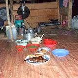 出作り小屋に滞在する夫婦が出してくれた立派な夕食。魚、数種の野菜、米、水、そして調理に使った薪も、すべて現地調達である。ただしアサップからしっかりプロパンガスを持参しているところが興味深い(写真後方)。