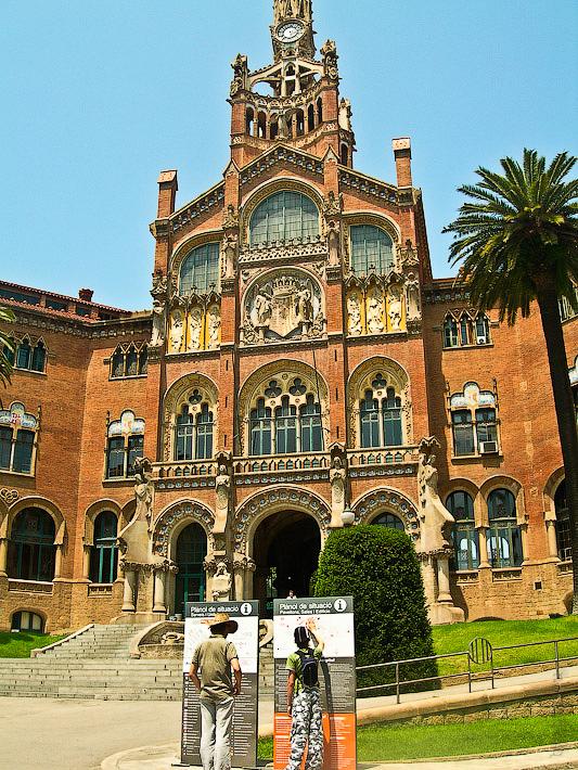 Госпиталь Святого Креста и Святого Павла. Барселона. Испания. Перед входом расписание экскурсий и краткая информация со схемой.