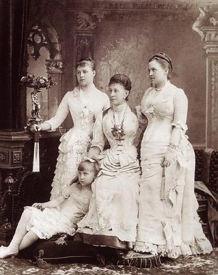 Sanny retratada con su hija predilecta, Olga, y las dos hijas de Olga, las princesas Alexandra Aline y María Greek Minny de Grecia.