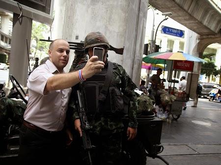 Selfie cu soldati din armata thailandeza.jpg