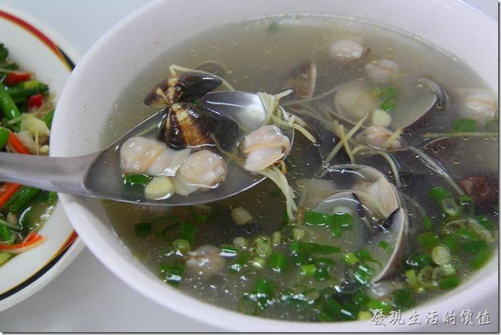 台東富岡漁港活海產。蛤蠣湯,NT$150。不推薦。