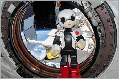 Kirobo, robô astronauta japonês, 'posa' para foto em Estação Espacial Internacional (ISS).