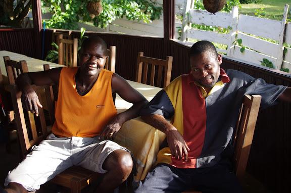 Serge et Désiré, guides et piroguiers d'Ebogo (Cameroun). 8 avril 2012. Photo : J.-M. Gayman