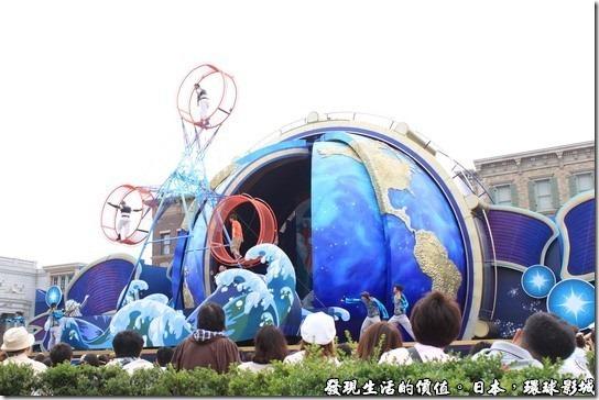 日本環球影城,為迎接華麗10週年開幕,也是日本影城史上最大規模的屋外型秀,在紐約區設置象徵日本環球影城的「地球」的特製舞台。在舞台上,ELMO、史努比、HELLO KITTY等影城內受大家喜愛的卡通人物們以及大約90名的表演舞者將演出一段家人夢想可成真的感動情節。