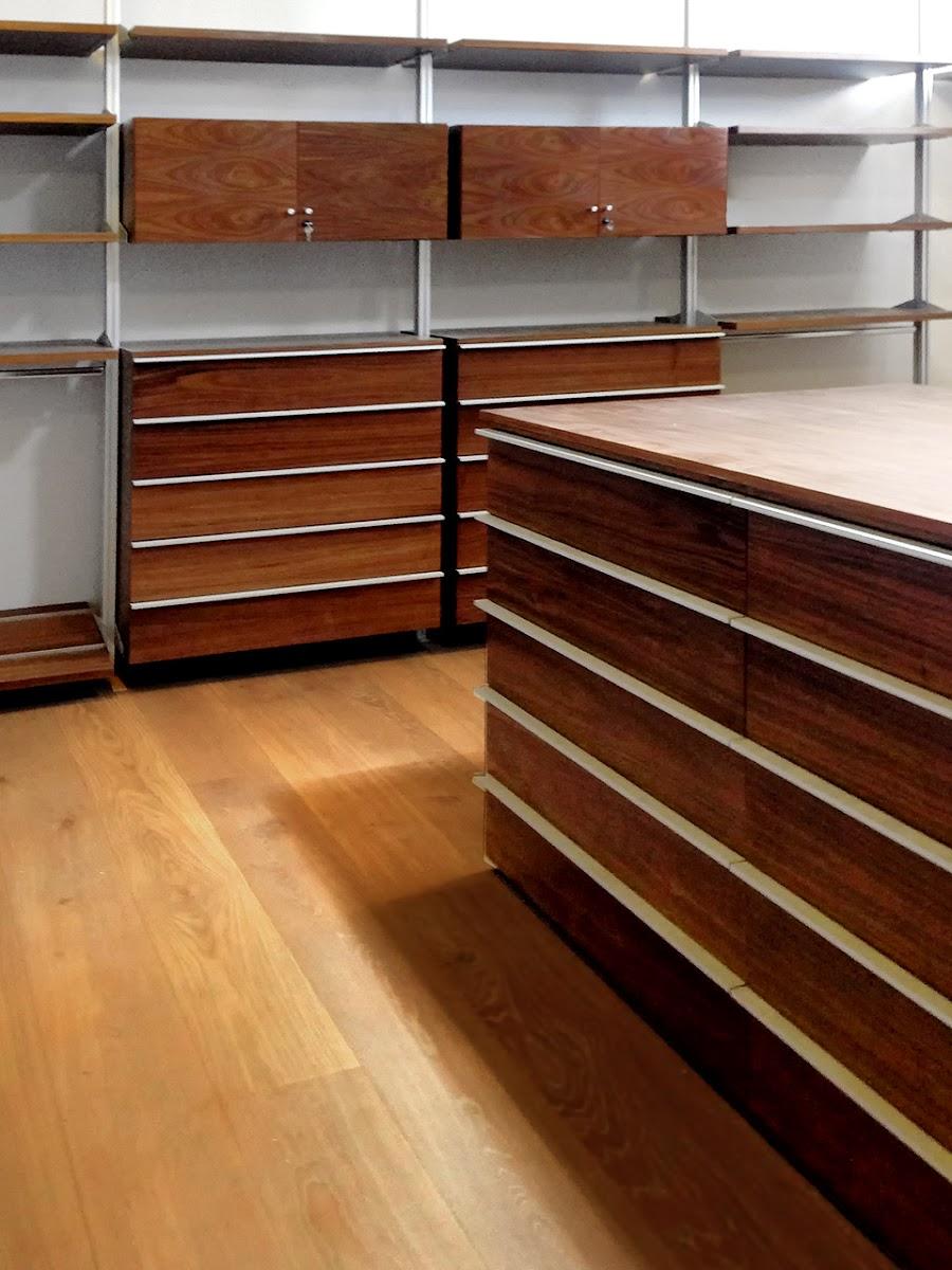 Closet vestidor de lujo de madera de nogal for Zapateras para closet madera