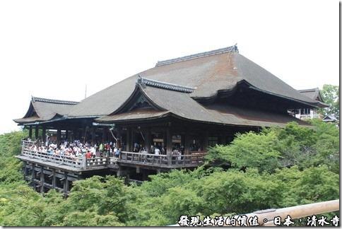 日本奈良京都大阪之旅-清水寺,宏偉的建築,全寺建於山坡旁,古法的建築,當然未用到任何一根釘子,是日本最古老的寺院,原建於西元798年,為平安時代之代表建築物,占地面積13萬平方公尺,後遭大火吞噬,現今所見為1633年德川家光依原來建築手法重建。