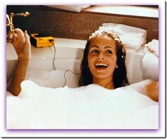 """Imagem de Julia Roberts cantando na banheira no filme """"Uma Linda Mulher"""""""