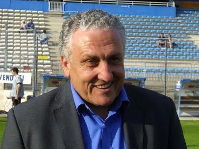 Robert Nouzaret, le sélectionneur français des Léopards, le 19 mai 2001 à Bastia.  Photo François Gabrielli/AFP