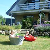 Varm sommerdag i Ejby, med badekarene fremme i haven.