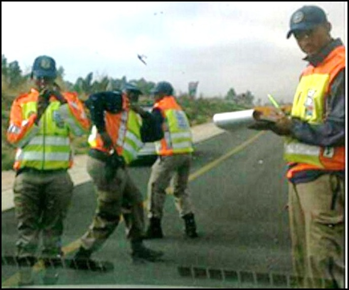 KEMPTON PARK METRO COPS FINE FEMALE MOTORISTS WHO ASKED FOR THEIR HELP SEPT22 2011 (2)