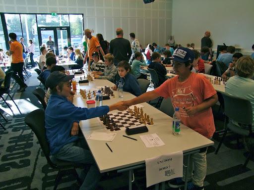 Første runde. OSSU Gutta møter Nordstrand. Armin på første bord ankommer kledelig 2 minutter etter rundestart.