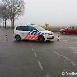 Auto belandt in sloot naast Emergoweg na uitwijkmanoeuvre - Foto's Otto Kerbof