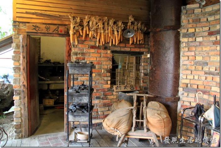 台南-逐鹿焊火燒肉。台南逐鹿炭火燒肉,進門前有個「煙火台」,這裡是烤炭火的的爐房。