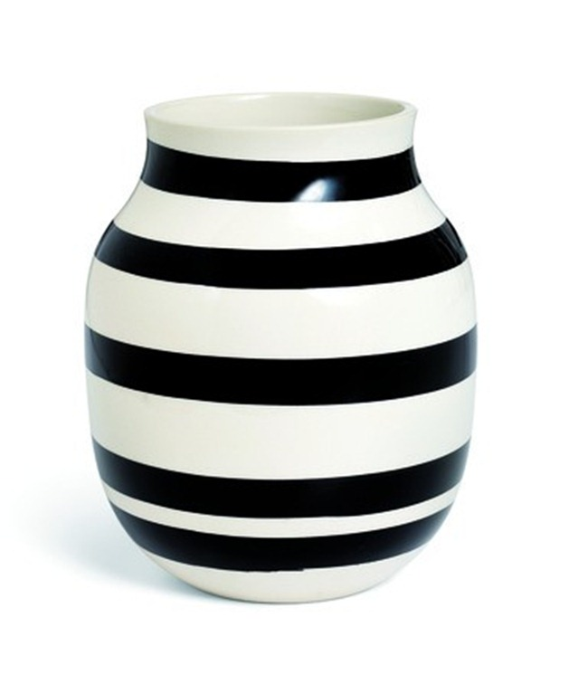 omaggio_vase_h200_black_11962_low_resolution_jpg_50570