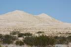 On a roulé 30mn sans encombre sur un chemin en caillasse pourri pour arriver au pied de ces big dunes. Ma prière au dieu des Pneus de Pontiac a donc été exaucée. Dans un élan de courage, nous sommes restés dans la voiture plutôt que d'aller plus près à pieds.