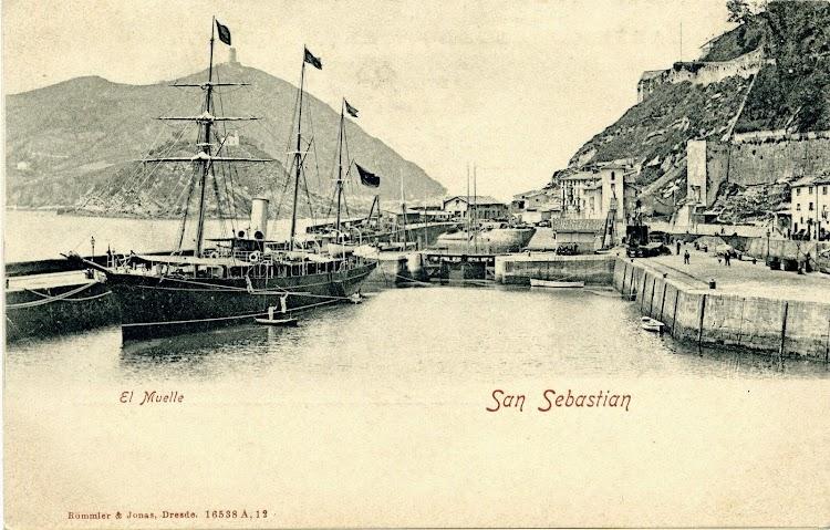 El URANIA en estado de origen. Puerto de San Sebastian. Postal.JPG