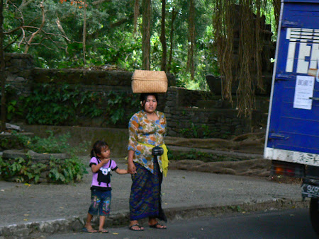 Bali picture: woman dressed traditionally in Ubud