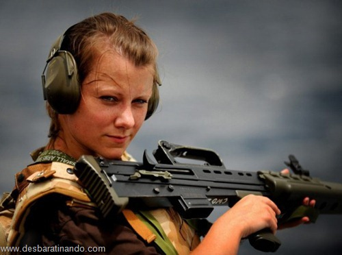 gatas armadas mulheres lindas com armas sexys sensuais desbaratinando (15)