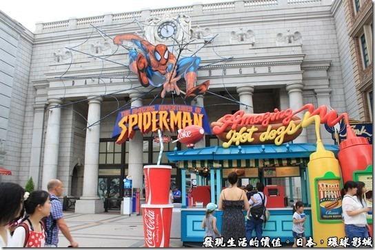 日本-環球影城,蜘蛛俠遊樂設施,讓遊客乘車扮演電影中被蜘蛛人拯救的對象,所乘坐的汽車會時而前進,時而後退,還會旋轉,爬上爬下,但一切都是視覺與重力的假象。