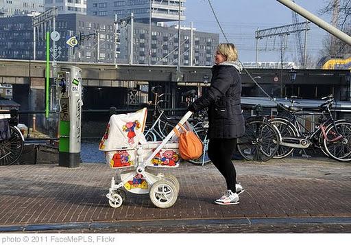 ''Moeder met kinderwagen' Haarlemmerstraat Amsterdam' photo (c) 2011, FaceMePLS - license: http://creativecommons.org/licenses/by/2.0/