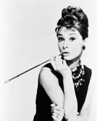 audrey-hepburn-cigarette-holder
