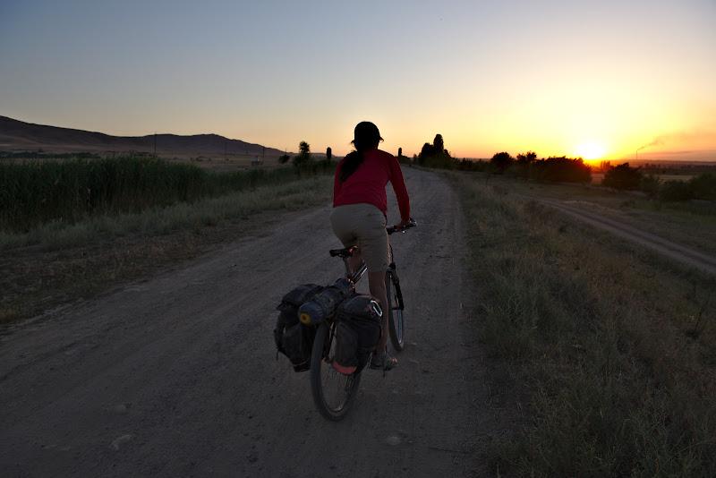 Ultimele minute de lumina, si inca 20 de kilometri inapoi pana in Bishkek.