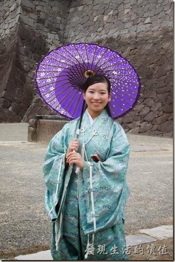日本北九州-熊本城。在整點的時候會有穿著古裝的男女出來讓遊客拍照,這兩個人可以供遊客拍照與合照,武士總是裝出一副很酷的樣子,女生就有笑容多了。