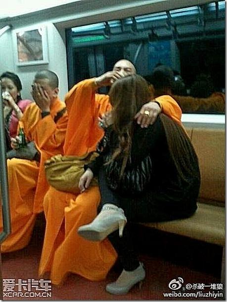 Китайские монахи засветились с девочками