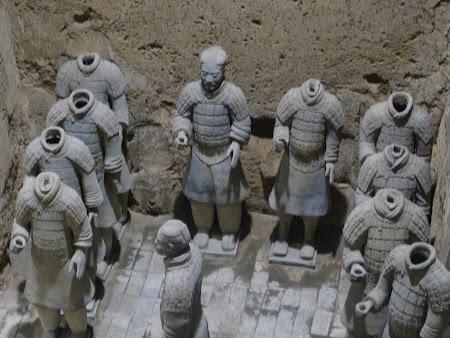 13. soldati de teracota decapitati la Xian.JPG