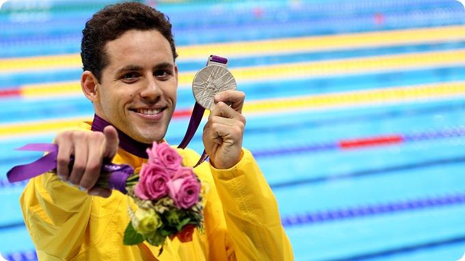 thiago-pereira-exibe-a-medalha-de-prata-conquistada-nos-400-m-medley-nos-jogos-olimpicos-de-londres-1343503584992_1920x1080
