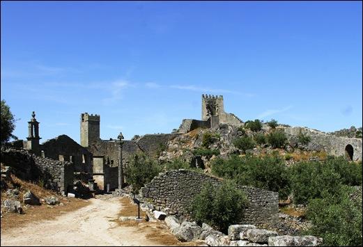Marialva - Glória Ishizaka -  cidadela no interior da muralha e porta do Monte