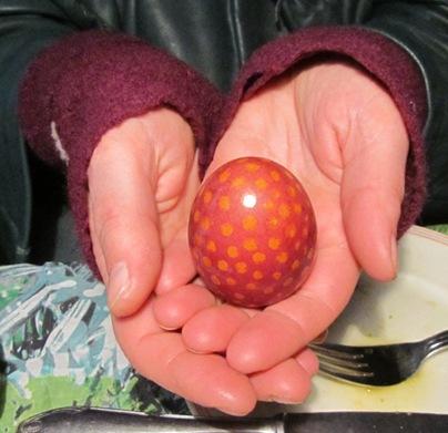Rotholz-Ei mit Zitronensaft-Punkten