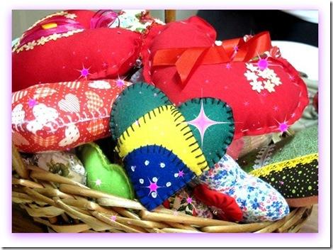 Imagem de cesta com corações de tecido para a campanha Ação do Coração, em Santos