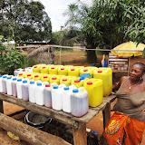 写真4 市場で売られているローカルのアブラヤシ油 / Photo4 A palm oil vendor in the market.