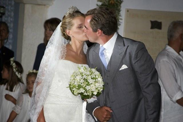 Nicolás y Tatiana, ya casados, se besan a la salida de la iglesia