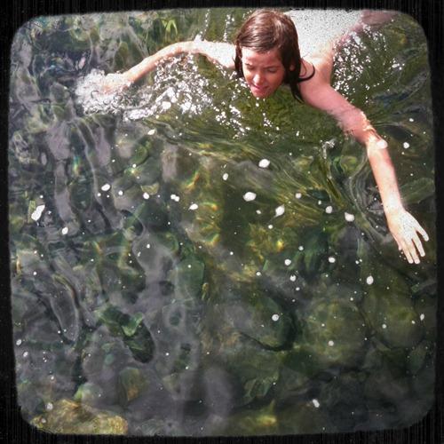 Vincent tar sig en simtur, ser inte helt nöjd ut med vattentemperaturen