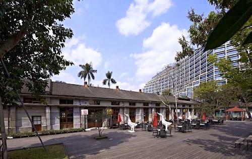 1小山堂提供悠閒的戶外用餐區.jpg