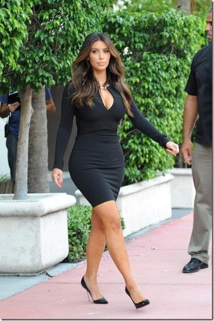 Kim Kardashian Khloe Kardashian gets prepped Ajz7AD4kRQcl