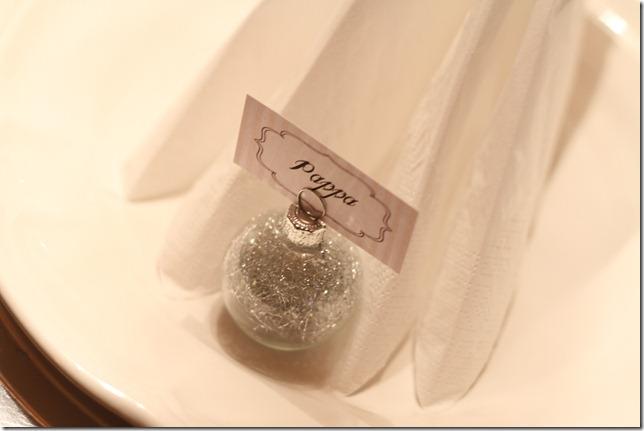 hvitt bord pyntet med sølv, kongler, diamanter og snø  IMG_0752