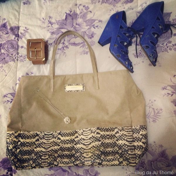 look calça azul, sapato azul,  tricot branco e bolsa COLCCI (2)