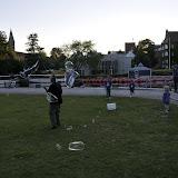 En mand laver kæmpe sæbebobler ved Odense Å, det ku fange børnenes opmærksomhed!