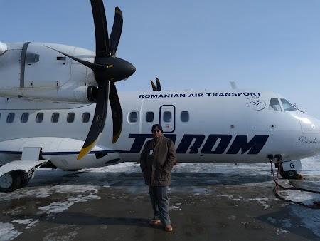 6. eu cu un avion ATR 42 al Tarom.JPG