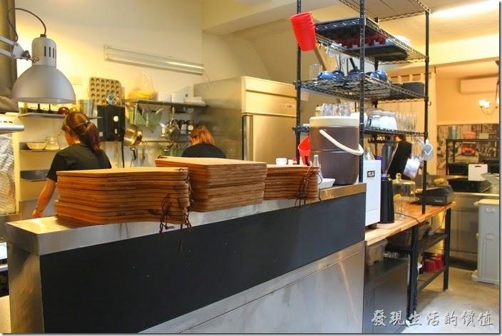 台南-晚起餐館(get late)的廚房。